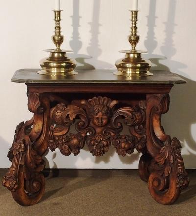Konsollbord med utskårne ben formet som volutter med akantusdekor