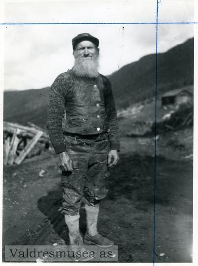 Portrett i helfigur av en mann ikledd en jakke med nikkers og lange strømper