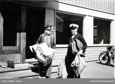 Arne Jonsrud og Ivar Hjelmen frå Hemsedal ved Gol stasjon/Posthuset
