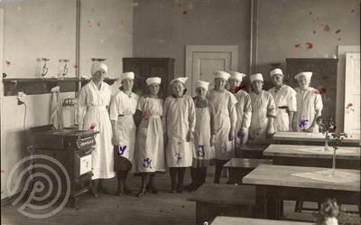 Gruppebilde av lærere og elever på Harstad folkeskoles skolekjøkken