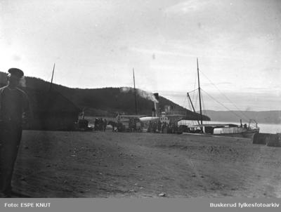 D/S Harald Haarfager ved kai et sted ved innsjøen Randsfjord