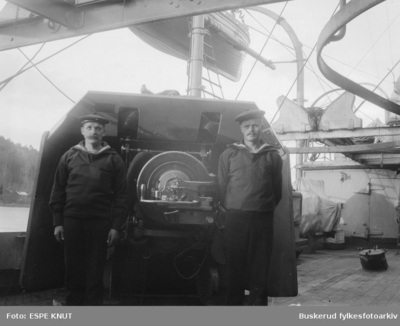 To gaster foran en skipskanon på D/S Eidsvold