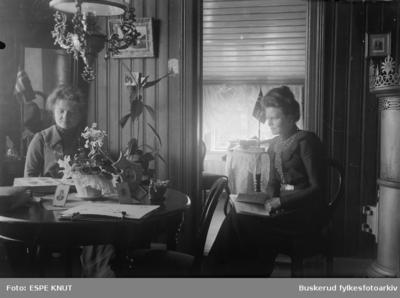 to kvinner i Knut Espes stue