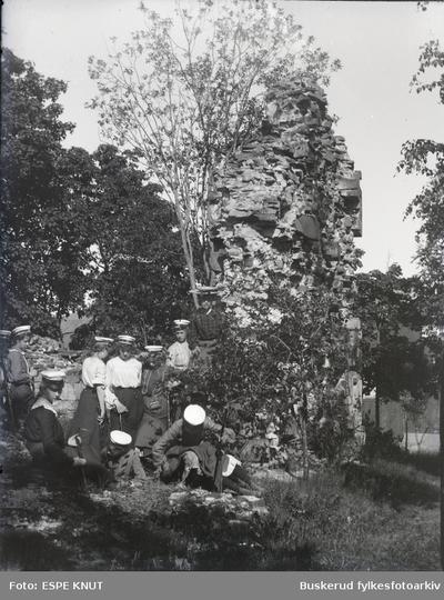 Elever på utflukt til Mariakirken på Stein Gård i Hole
