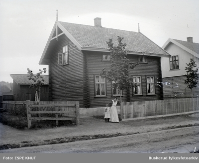 mor og datter foran et hus antagelig Knut Espes hus i Hønengata i Hønefoss