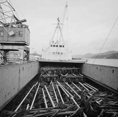 Ploger fra Kvernelands Fabrikk AS på lasteplanet til et skip i Sandnes Havn før de skal sendes til Algerie