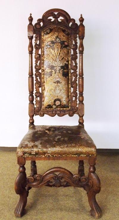 Høyrygget stol med caprioleben