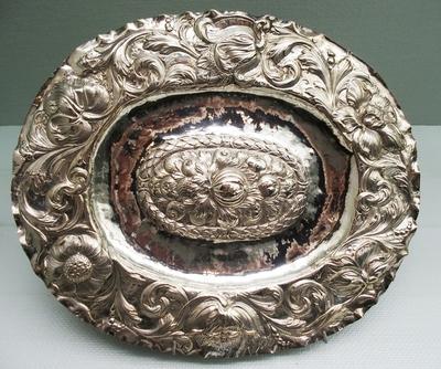 Ovalt fat i tynt sølv med drevet dekor med akantus