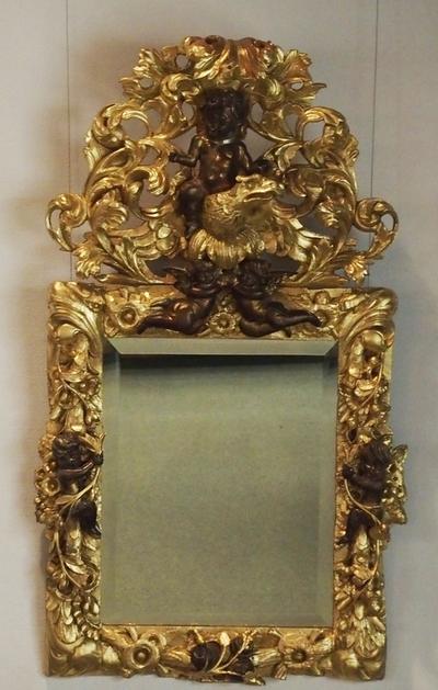 Speil med utskåret og forgylt ramme og overdel