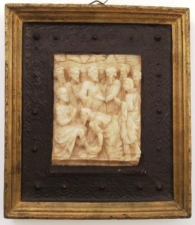 Alabastrelieff i en ramme av profilert og forgylt tre