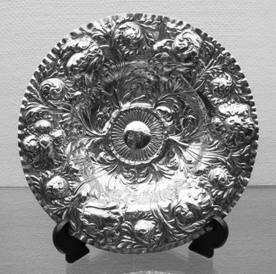 Fat i sølvblikk med drevet blomsterdekor