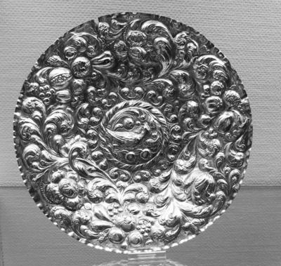 Fat i sølvblikk med drevet dekor