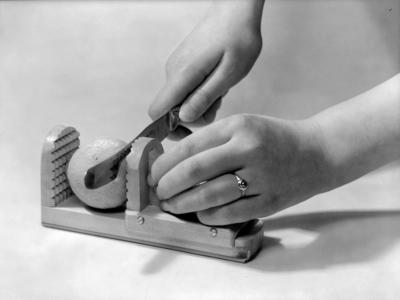 Thorbjørn Wold, fotogr. 1 sitron som blir skjært med en kniv