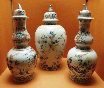 Tre vaser med lokk