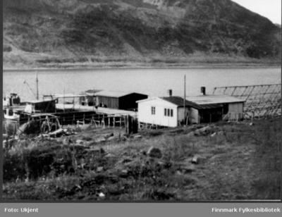 Påskrift på bildet: 'Nuvsvåg: Provisorisk oppbygd fiskebruk & butikk omkring 1948-50