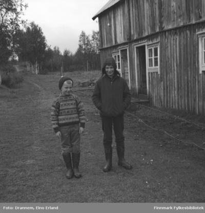 Ole Gabrielsen og Willy Wilhelmsen står utenfor et ganske stort bygg i Neiden