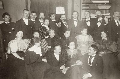 Albert Petersson saman med festkledd og feststemt forsamling