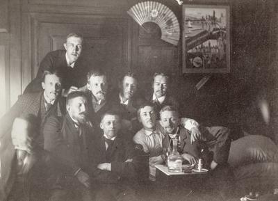 Festkledd forsamling menn