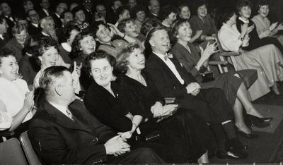 Tilskuere på festen til Jonas Øglænd Sandnes Smil og latter