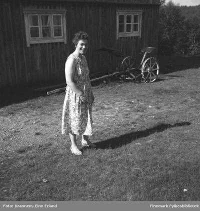 Jenny Drannem fotografert på gårdsplassen foran en bygning