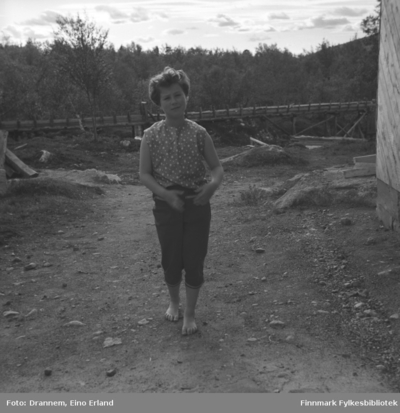 Turid Karikoski fotografert på en gårdsplass