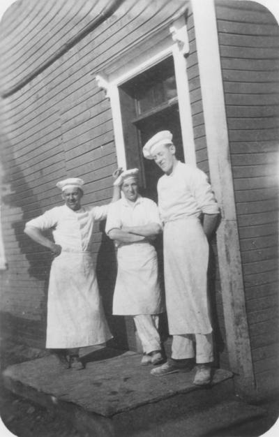 Tre bakere ved gammelbakeriet til Løkken Kooperative Selskap