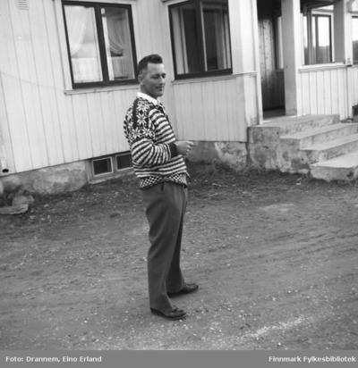 Olav Gabrielsen fotografert utenfor en bygning i Karasjok
