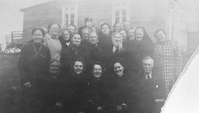 Gruppebildet fra Frelsesarmeens kvinneforening 'Tempelklokken' tatt i 'Kålan' utenfor hytta til Randi og Kristian Hansen rund 1948