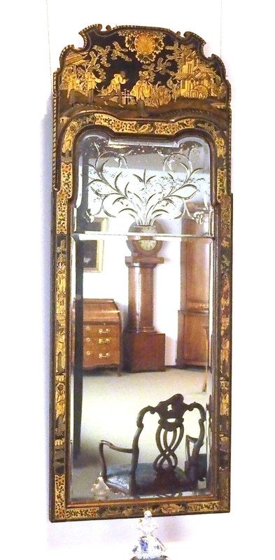 Speil med knekkbuet parti øverst