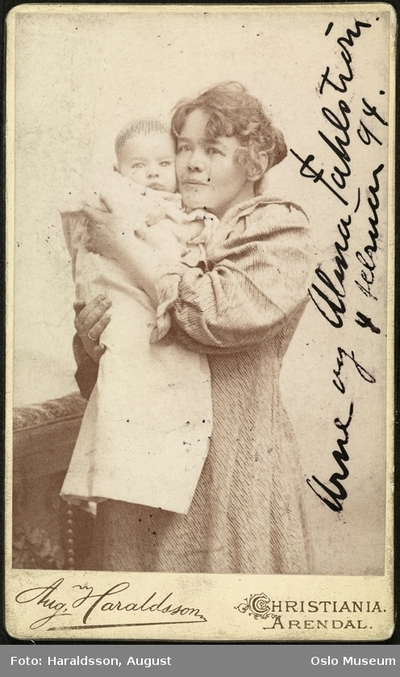 Alma Fahlstrøm med sønnen Arne.