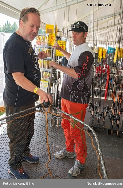 Fra salgsteltet til Villmarksbutikken fra Jessheim under De nordiske jakt- og fiskedager på Norsk Skogmuseum i 2016