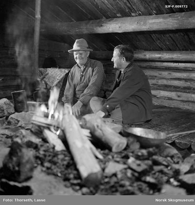 Journalisten Dagfinn Grønoset (1920-2008) i samtale med av småbrukeren