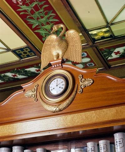 Dias med interiørdetalj av klokke med svane