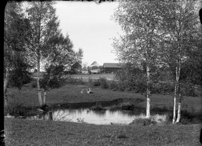 Karine Røisli og dattera Sigrun ved dammen i Gilelunden