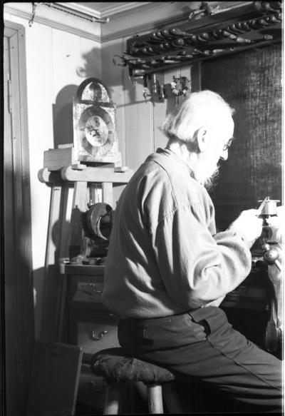To bilder av knivmakeren Nils Talebakke fra 1936