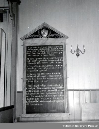 Minnetavle over klippfiskpionér Georg Leslie i Bremsnes kirke på Averøy Fra Nordmøre museums fotosamlinger