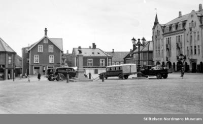 Diverse kjøretøy på torget på Kirkelandet i Kristiansund