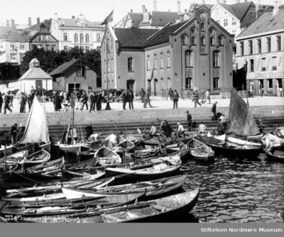 Foto fra den flotte Tollboden ved fisketorget og fisketrappa på Kirkelandet i Kristiansund