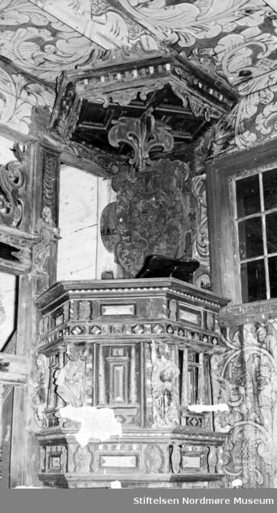 Prekestol fra 1600-tallet i Kvernes stavkirke på Averøy