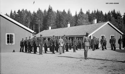 Mønstring av oppstilte soldater foran kaserner ved Ulven i Os i Hordaland