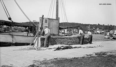Lasting av stavved på havna i Lillesand i Aust-Agder sommeren 1935