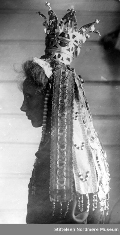 Kvinne med høy brudekrone og hvitt slør