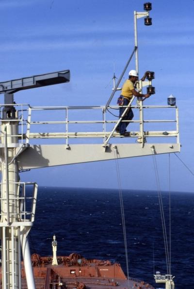 Mannskap i radiotårnet på T/T 'Wind Eagle' (b