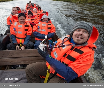 Delegasjon fra Norges vassdrags- og energidirektorats (NVSs) museumsordning i elvebåt