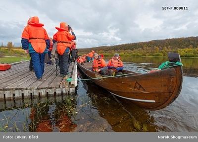 Delegasjon fra Norges vassdrags- og energidirektorats (NVSs) museumsordning i ferd med å stige om bord i elvebåt