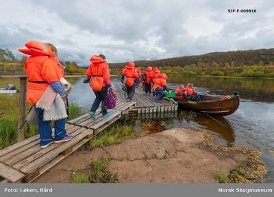 Delegasjon fra Norges vassdrags- og energidirektorats (NVSs) museumsordning på vandring mot elvebåt