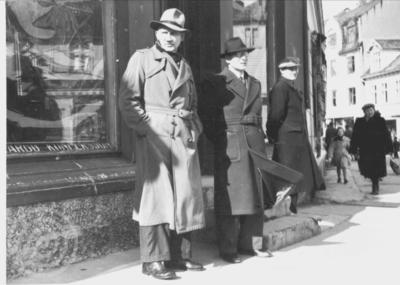 Tre menn på Torvet i Harstad