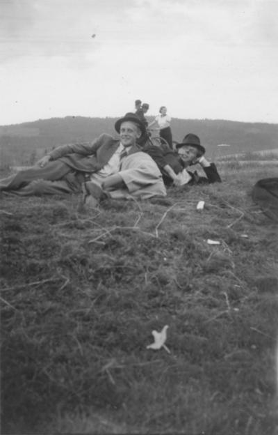 Idar Svartvand og Jonas Bergsrønning på gresset