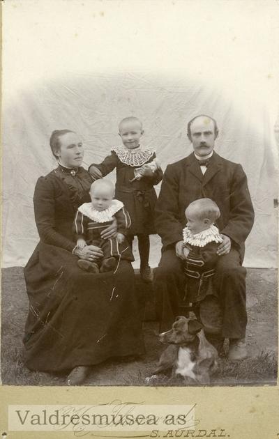 Familieportrett av Herman og Tonetta Leite med barna Olea