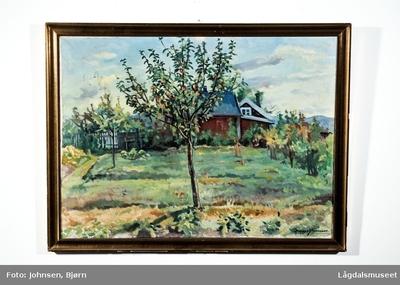 Motivet viser et epletre foran et rødt hus med hage